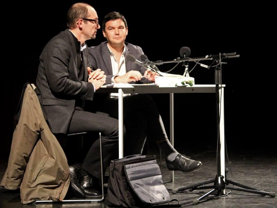 Thomas Piketty (à droite) en conférence au théâtre Garonne. / Photo Florian Bardou