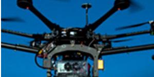 Un drone et une caméra dans le ciel