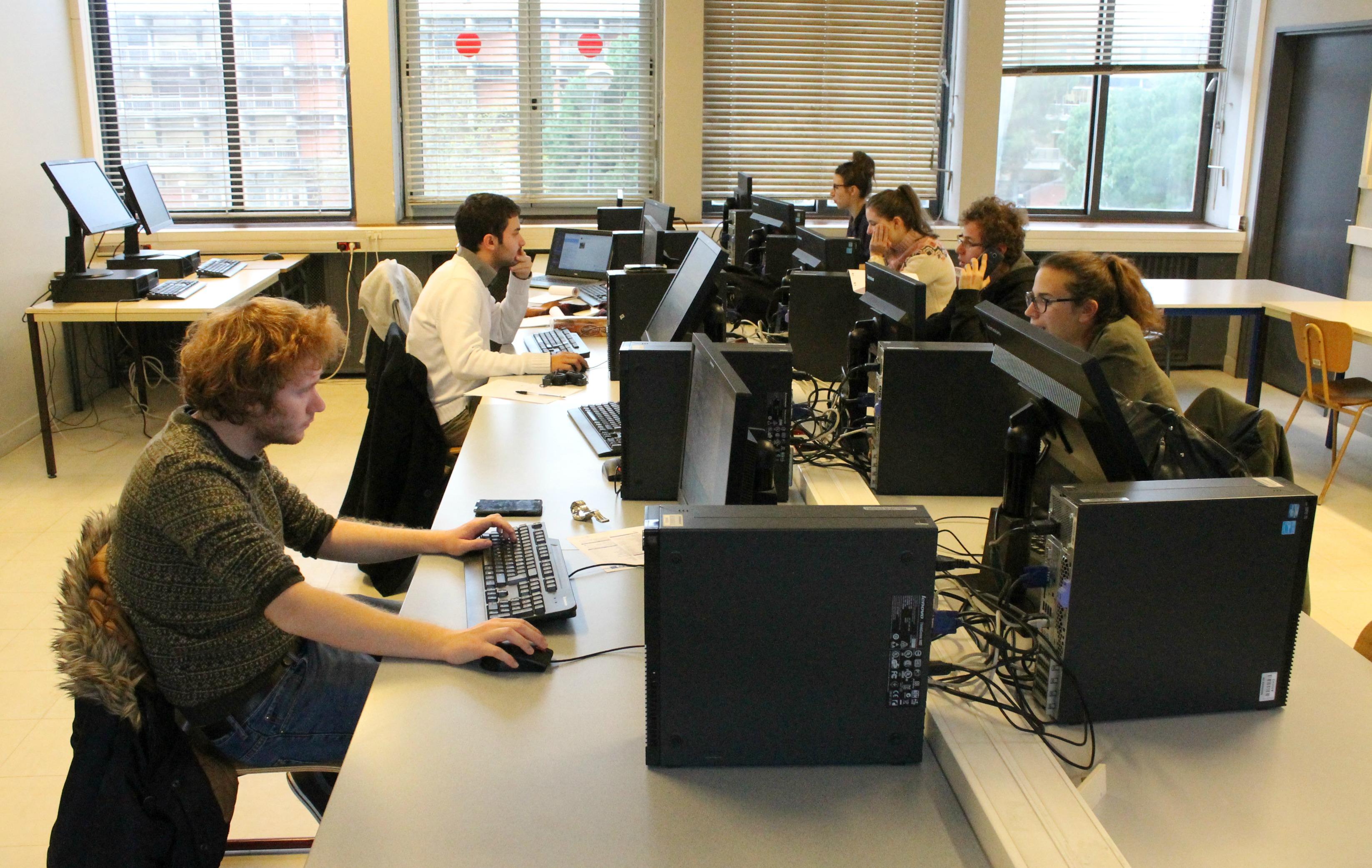 La rédaction d'Univers-Cités au travail dans les locaux de Sciences Po Toulouse. (Photo Marie Desrumaux)