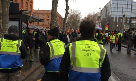 À Toulouse, les Gilets bleus et jaunes observent les pratiques policières en manifestation