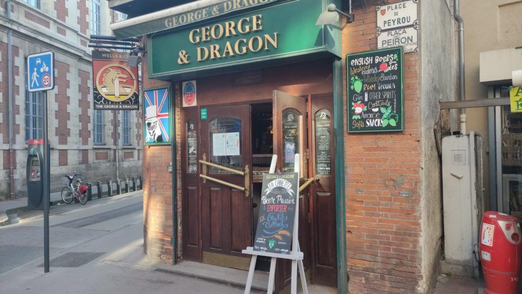 La devanture du George & Dragon vide, une image devenue habituelle